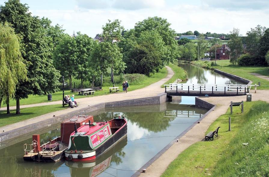 Enjoy canal-side walks at Ashby Canal